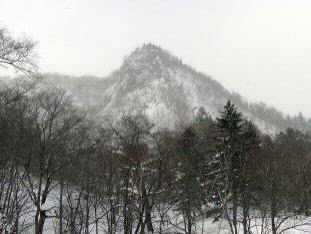 쿠테쿤베트 산길 종점에서 보이는 산